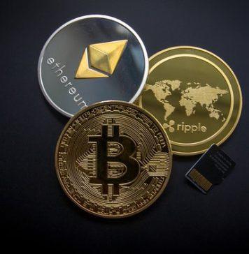 Bitcoin, Ethereum, Ripple as golden coins.
